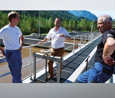 Plant manager Mathias Ginther, VTA expert Bernhard Scheuringer and treatment plant employee Lothar Ennemoser. The upper reaches of the river Lech flow through an imposing mountain landscape: it runs as a wild river through the Tiroler Lech Nature Park, where more than 1,100 flowering plants and even juniper trees thrive. In this sensitive environment, it is incumbent upon the Lechtal Wastewater Association to act responsibly. The association's treatment plant in Stanzach treats the municipal wastewater...